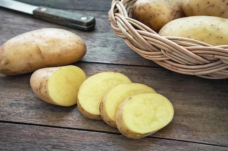 trị thâm kim quần áo bằng khoai tây tươi