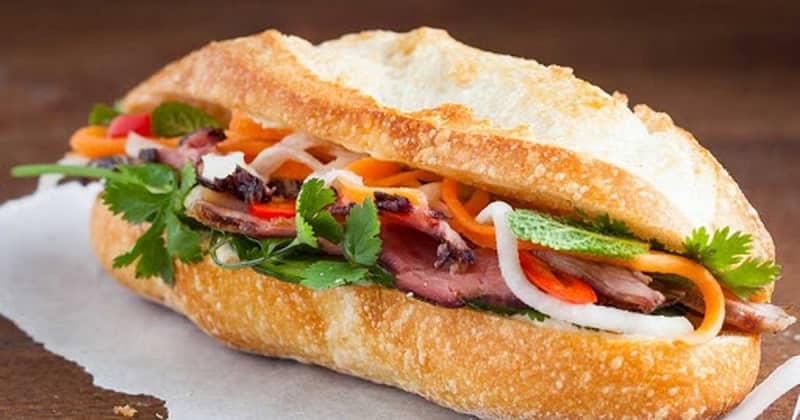 Bánh mì là một món ăn không thể bỏ qua ở đường phố Sài Gòn