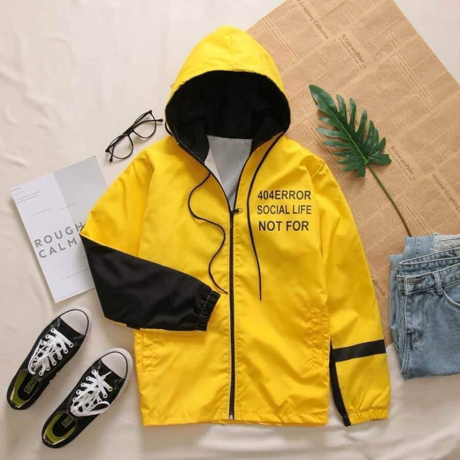 áo khoác dù màu vàng