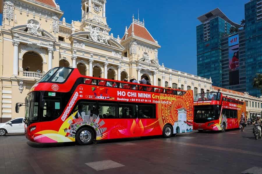 Du ngoạn bằng xe buýt mui trần 2 tầng trong tết 2021
