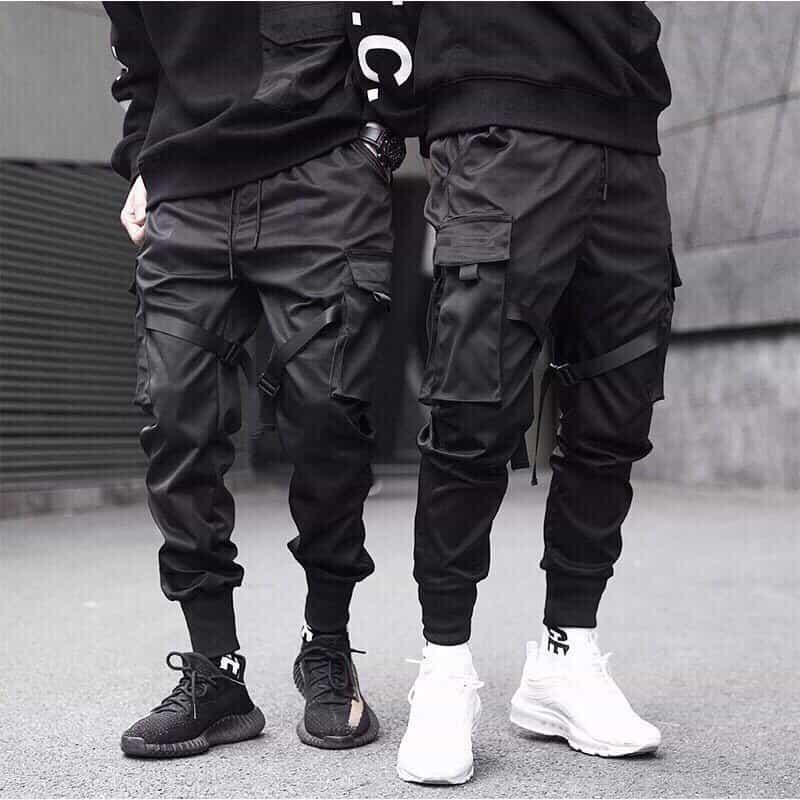 Phối quần Jogger túi hộp đen với áo phông đen và Yezzy 350