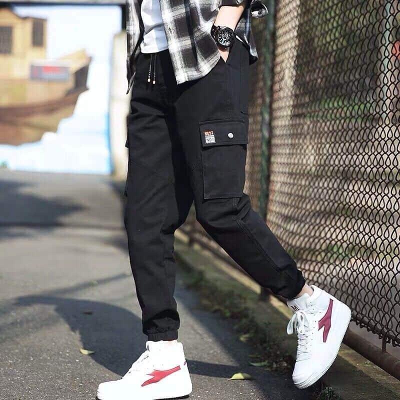 Phối Jogger túi hộp với áo phông trắng và Sneaker trắng