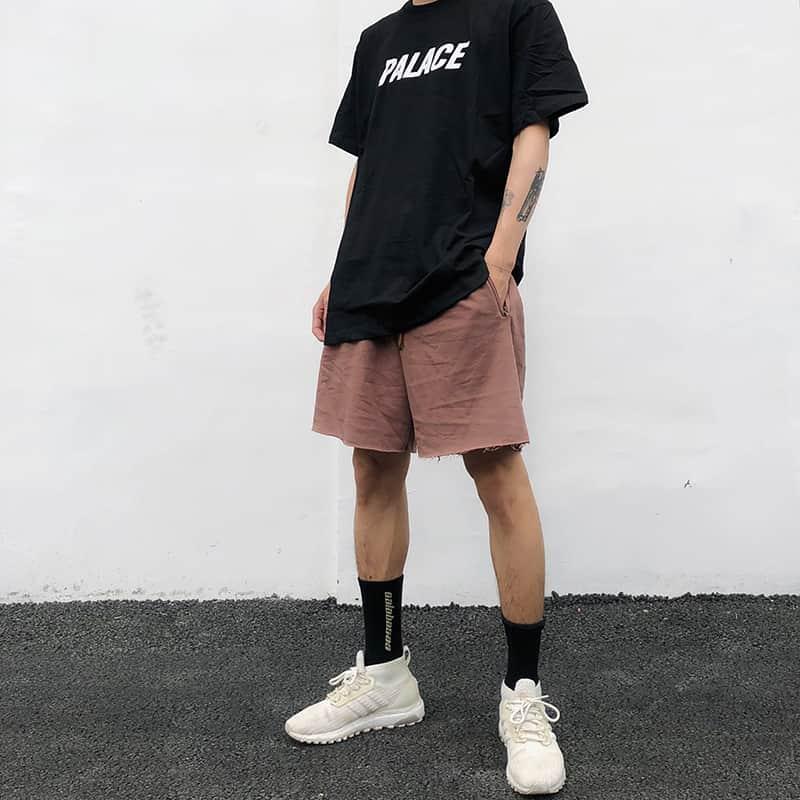 Phối quần short, áo phông đen và giày Sneaker vớ cao