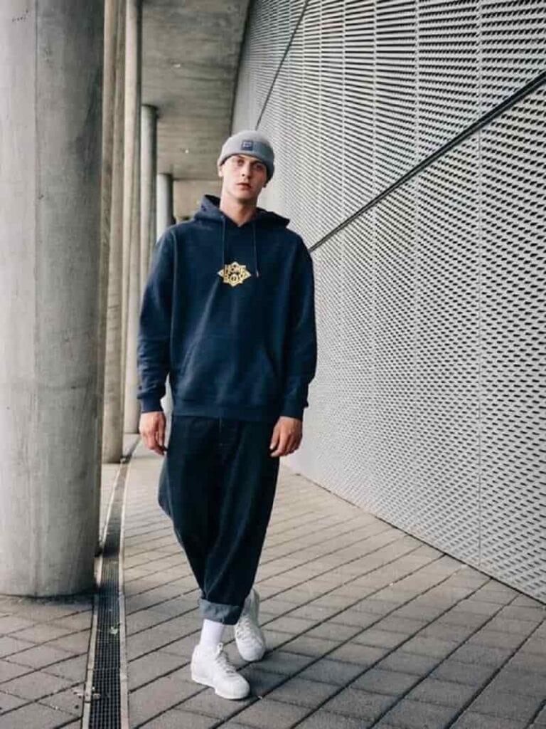 phối đồ với quần ống suông, áo hoodie và sneaker