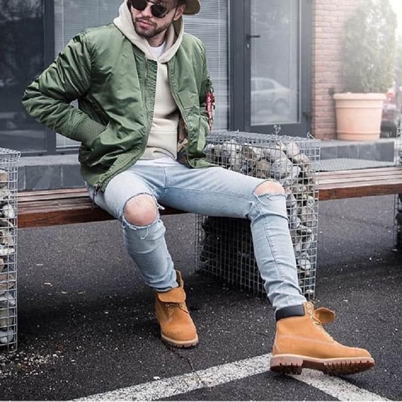 Sự kết hợp giữa quần Jean xanh rách gối, áo khoác bomber và hoodie