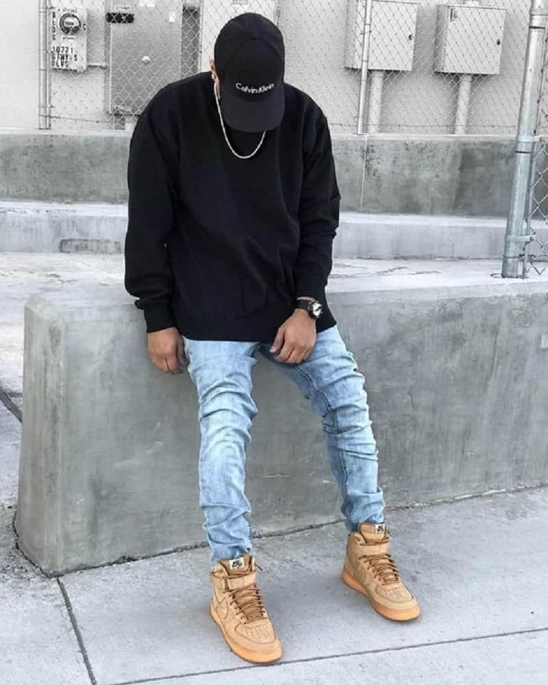 phối quần jeans xanh với giày boot và sweatshirt