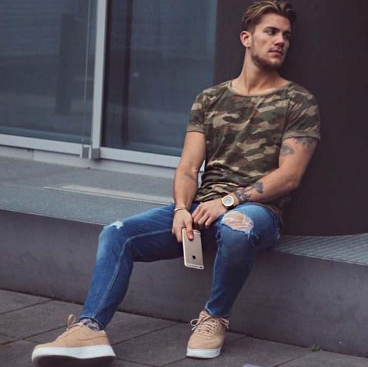 Quần Jean nam màu xanh đậm rách gối phối áo thun camo và Sneaker/Boot da lộn
