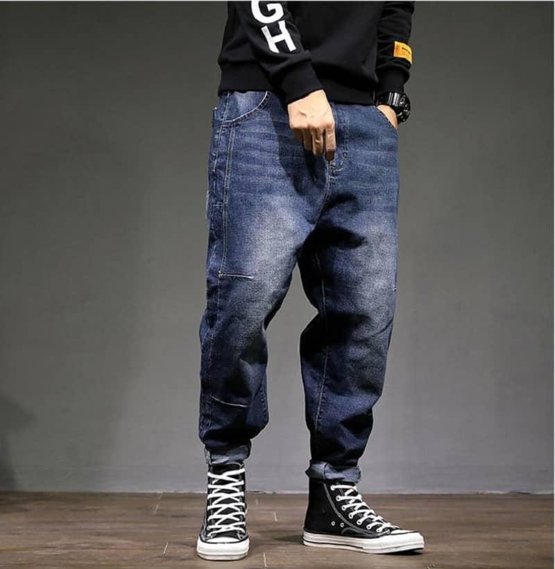 Quần Jean nam màu xanh đậm form rộng phối áo phông đen dài tay và Converse cao cổ