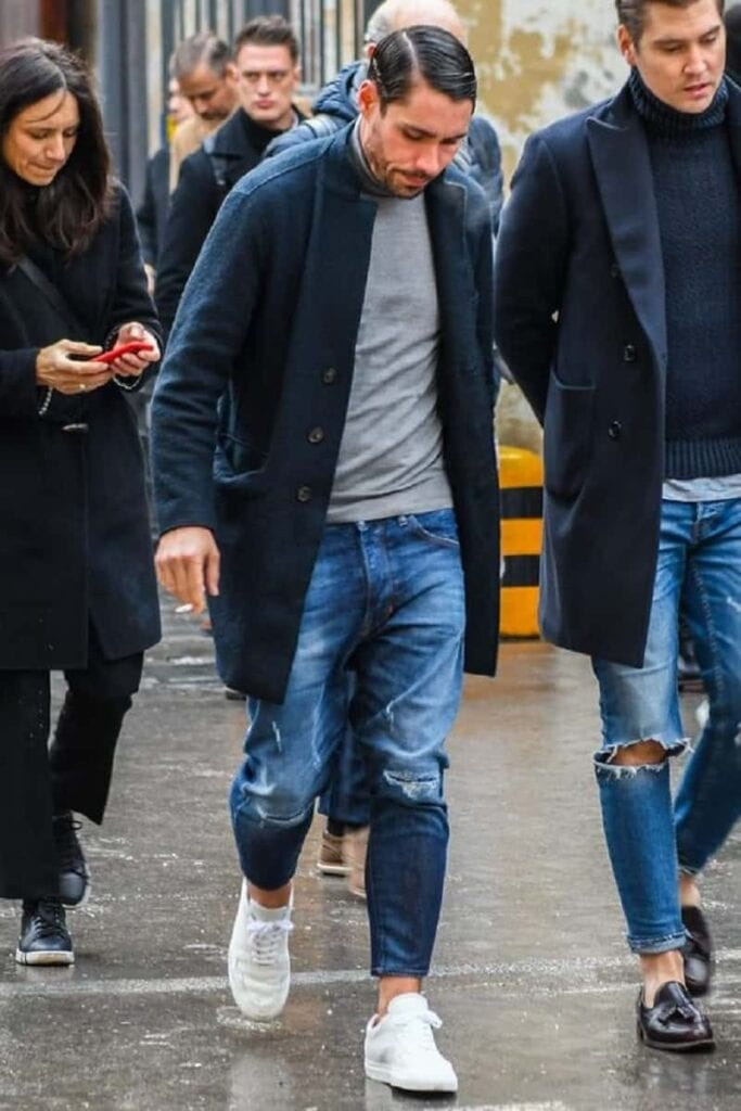 Quần Jean nam màu xanh đậm phối áo phông trơn và áo khoác măng tô