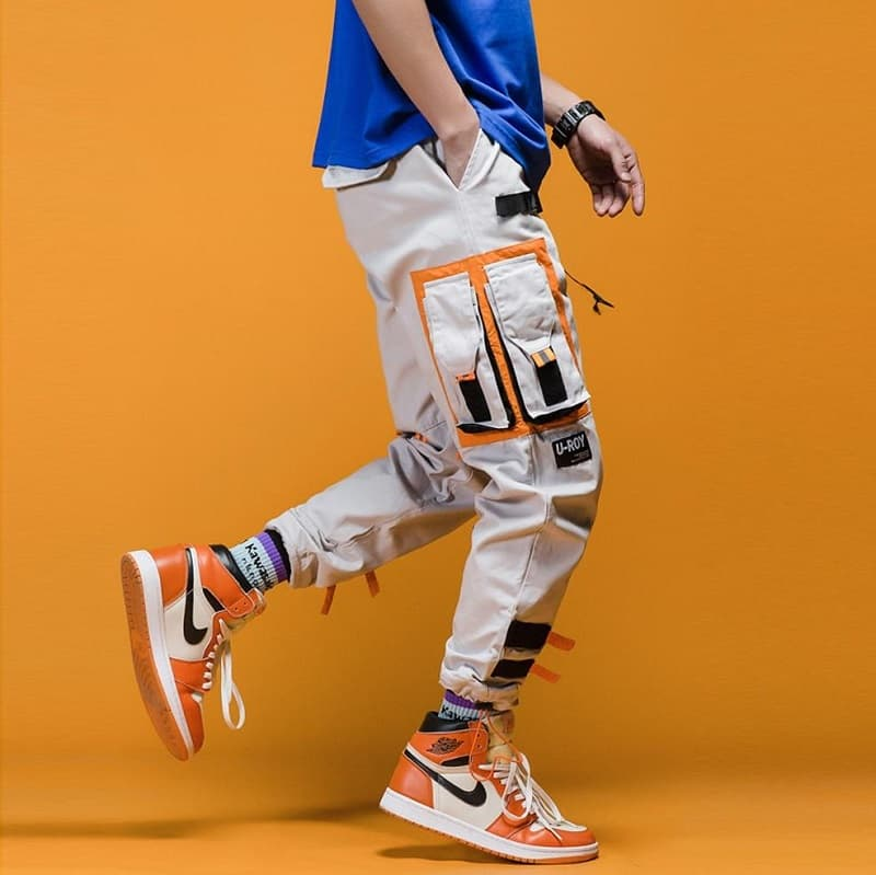 Phối giày Jordan 1 High cam với Cargo Pants và áo phông basic