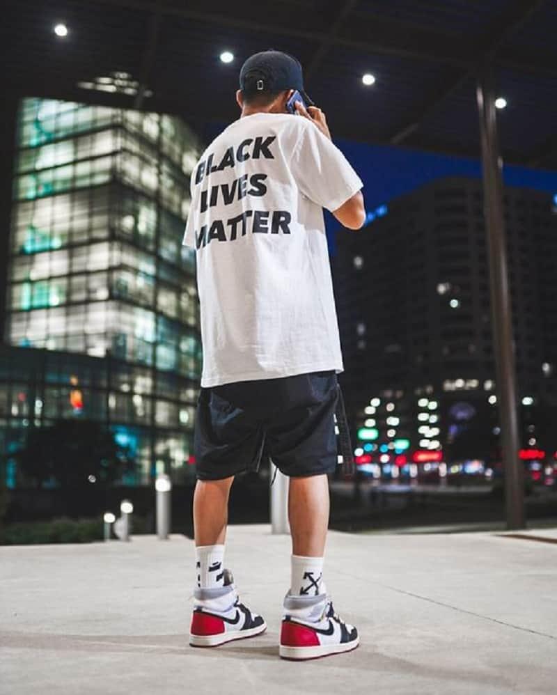 phối jordan 1 high với quần short thun và áo phông trắng form rộng
