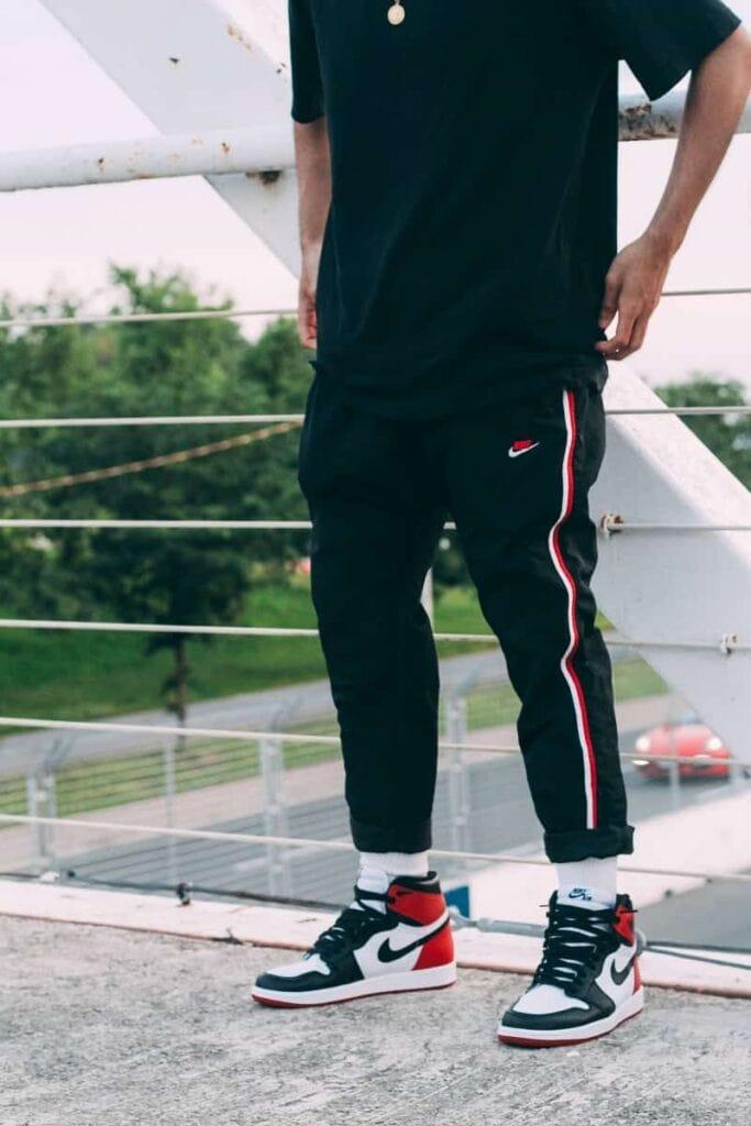 Phối giày Jordan 1 High với quần trackpants hoặc sweatpants và áo phông