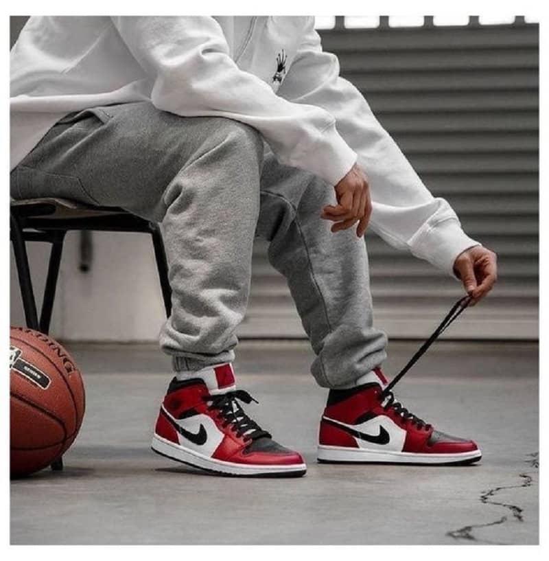Phối giày Jordan 1 High đỏ với áo hoodie và Jogger thun